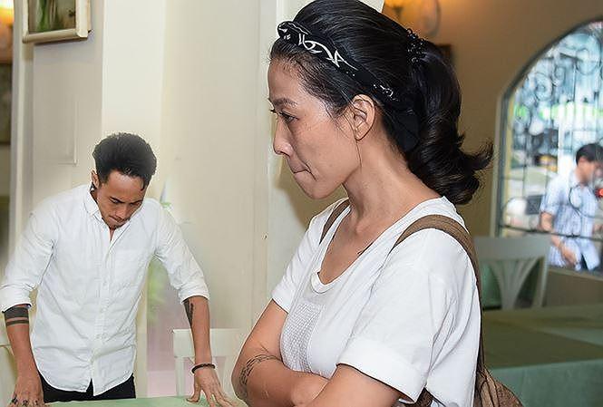 Vẻ tiều tụy, hốc hác của bà xã ca sĩ Phạm Anh Khoa trước scandal gạ tình của chồng.
