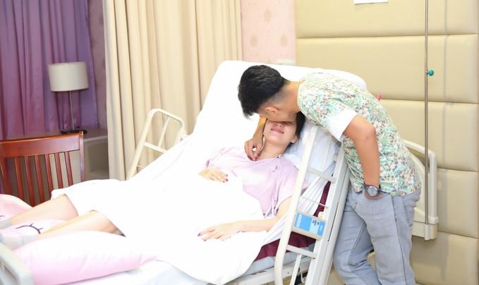 Phan Hiển chăm sóc Khánh Thi sau khi con gái vừa chào đời.