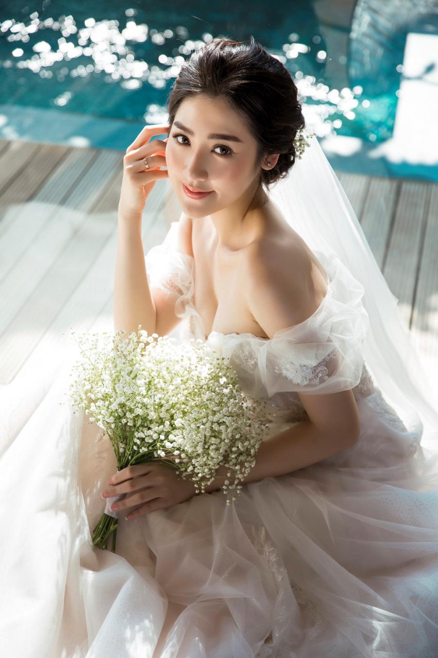 Á hậu Hoa hậu Việt Nam 2012 diện hai chiếc váy cưới trong buổi chụp. Trong bộ đầm cúp ngực, Tú Anh khoe khéo vóc dáng gợi cảm.