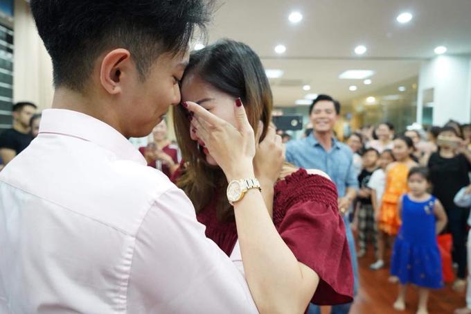 Khánh Thi bật khóc trong ngày sinh nhật chồng