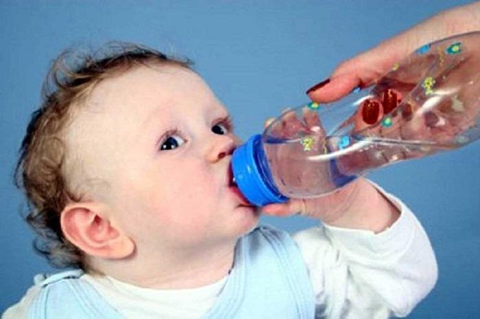 Cho trẻ uống nhiều nước là một trong những biện pháp phòng tránh các bệnh do nắng nóng gây ra. Ảnh: Internet