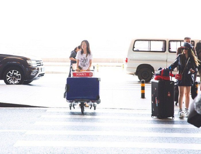Chiều 27/5, Triệu Vy bất ngờ xuất hiện tại sân bay với dáng người mảnh khảnh, gương mặt trẻ trung, tươi tắn.