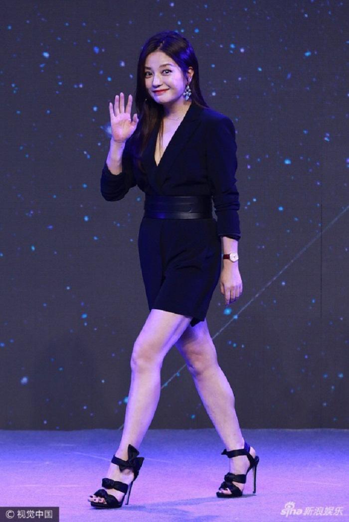 Cư dân mạng đã lùng tìm nhiều bức ảnh trước đây của Triệu Vy, cho thấy nữ diễn viên không sở hữu đôi chân nuột nà như vậy. Người hâm mộ cho rằng cô có đôi chân khá thô và nhiều khuyết điểm.