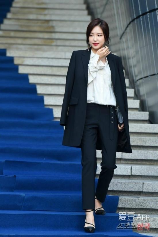 blazer--item-de-dep-de-sang-duoc-sao-han-mac-tu-su-kien-ra-den-duong-pho-213-141938-0014.jpg