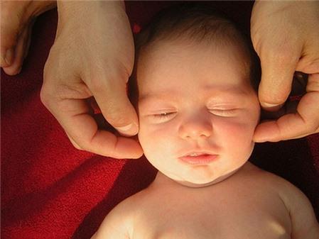 cach-massage-cho-be-khi-troi-lanh-dae0_450