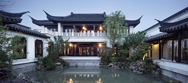 """Người Trung Quốc thường quen gọi biệt phủ này bằng một cái tên đậm chất thần tiên: """"Đào hoa viên"""" - vườn hoa đào, đây là một thuật ngữ chuyên dùng để mô tả vùng tiên cảnh chỉ có trong thần thoại."""