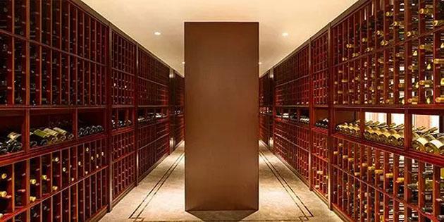 Hầm rượu khổng lồ với vô vàn chai rượu quý