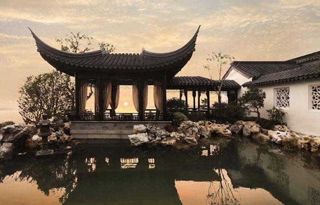 Tổng diện tích căn nhà là 2.700 m², bao gồm sân vườn và khu nhà ở rộng 1.400 m².