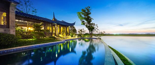 Lối kiến trúc Trung Hoa xưa thiên về hòa hợp với thiên nhiên, các khu nhà ở được nối với nhau bằng cầu lộ thiên, xung quanh đều có vườn cây hoặc ao cá.