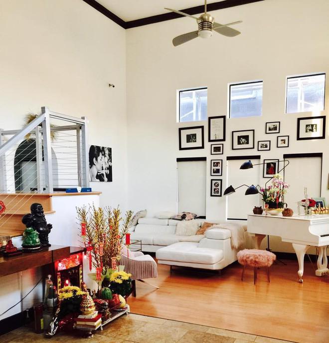 Khoảng không gian phòng khách là nơi nữ ca sĩ đặt sofa, bàn trà tiếp khách. Góc bên cạnh là nơi đặt chiếc đàn piano màu trắng cùng tông với màu tường.