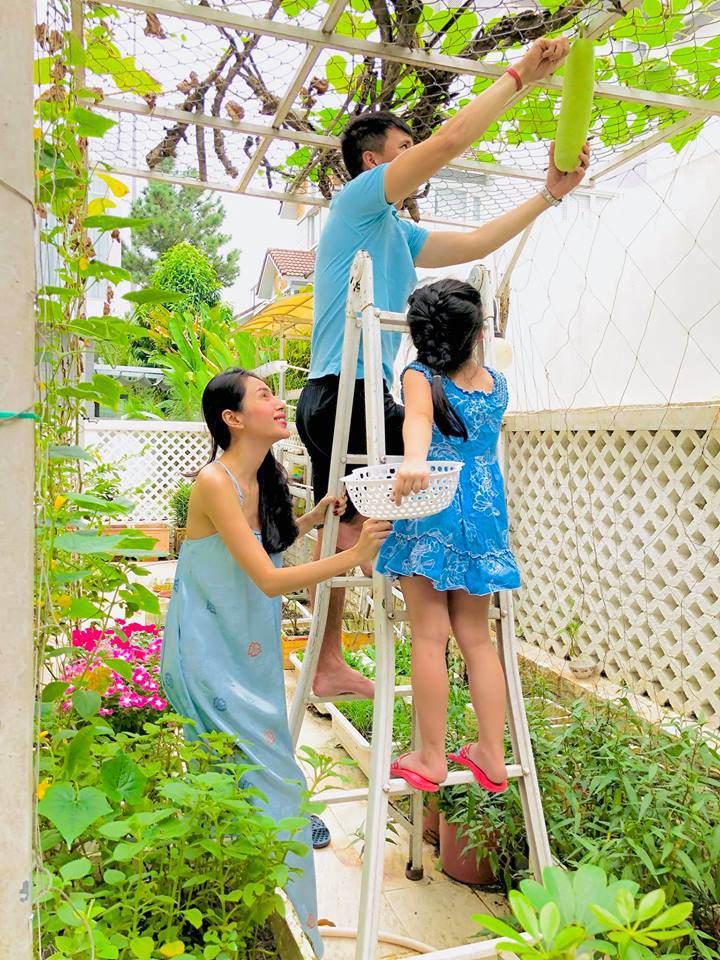 Những lúc rảnh rỗi hai vợ chồng cùng bé gạo lại thỏa thích chăm cây và gặt hái chiến lợi phẩm mình làm ra.