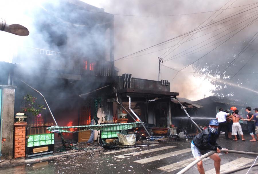 Kết quả hình ảnh cho Lửa cháy đùng đùng thiêu rụi 7 ngôi nhà