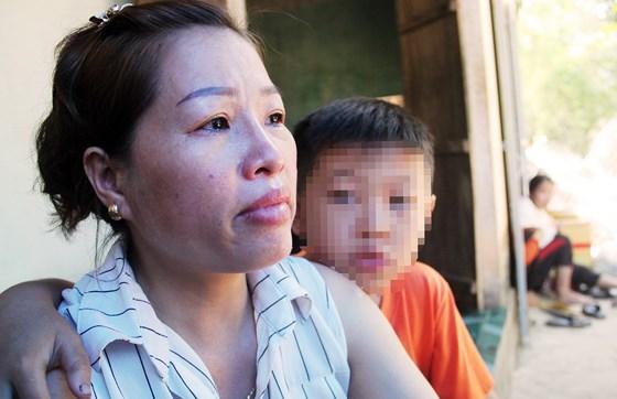 Mặc dù đã chia tay nhưng chị Dung, vợ cũ của anh Thôi vẫn đau đớn trước sự ra đi của anh. Đứa con nhỏ mới chỉ 10 tuổi vẫn còn ngơ ngác trước sự hi sinh của cha