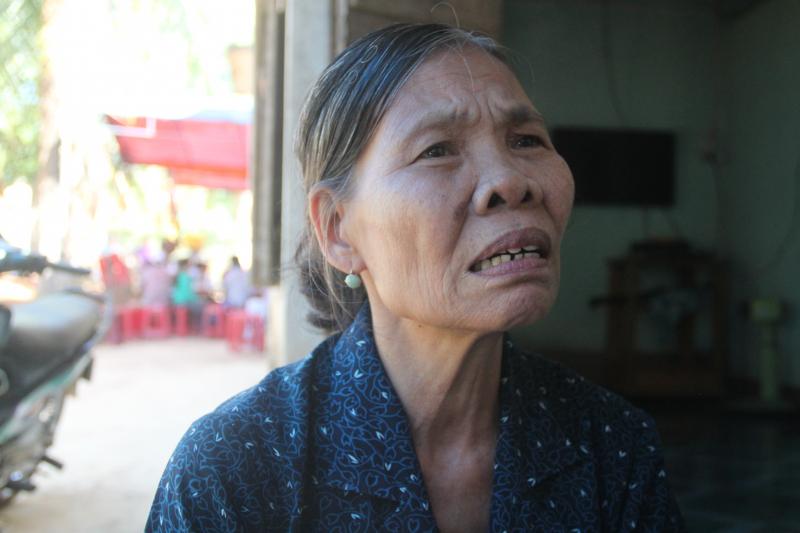 Người mẹ đau đớn như không tin vào sự thật con trai mình đã không còn trên đời nữa