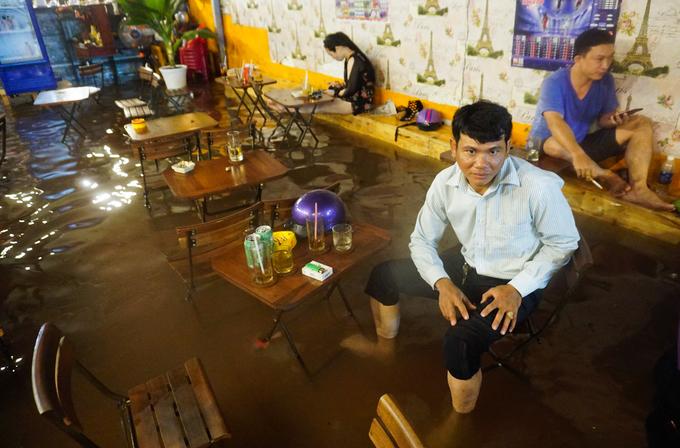 Một quán cà phê ngâp tới đầu gối, khách trong quán