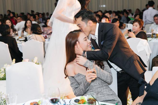 Chủ động trao cho Đàm Thu Trang nụ hôn ấm áp ngay trong đám cưới Diệp Lâm Anh