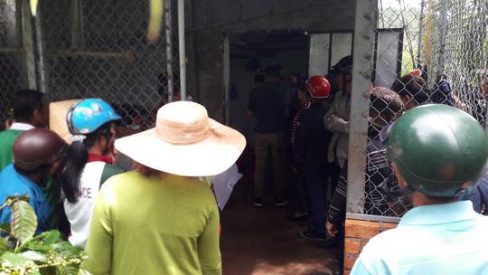 Người dân vây quanh chòi xem CA khám nghiệm tử thi