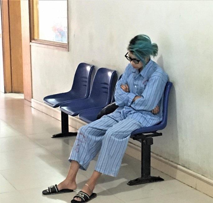 Bella ngồi ngủ gật tại hành lang Bệnh viện Tâm thần Trung ương I