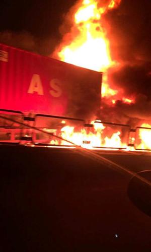 Sau cú va chạm mạnh giữa xe khách và container, chiếc xe khách bốc cháy dữ dội