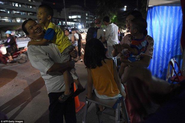 Những gương mặt tươi tắn và vui mừng trên phố trước sự thành công của chiến dịch giải cứu
