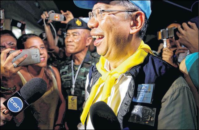 Ông Narongsak Osottanakorn, chỉ huy cuộc giải cứu vui mừng thông báo kết quả thành công của cuộc giải cứu