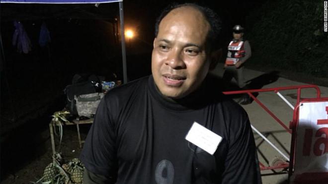 Anh Adisak Wongsukchan, cha của một cầu thủ nhí chia sẻ, anh chỉ muốn được ôm con ngay lúc này