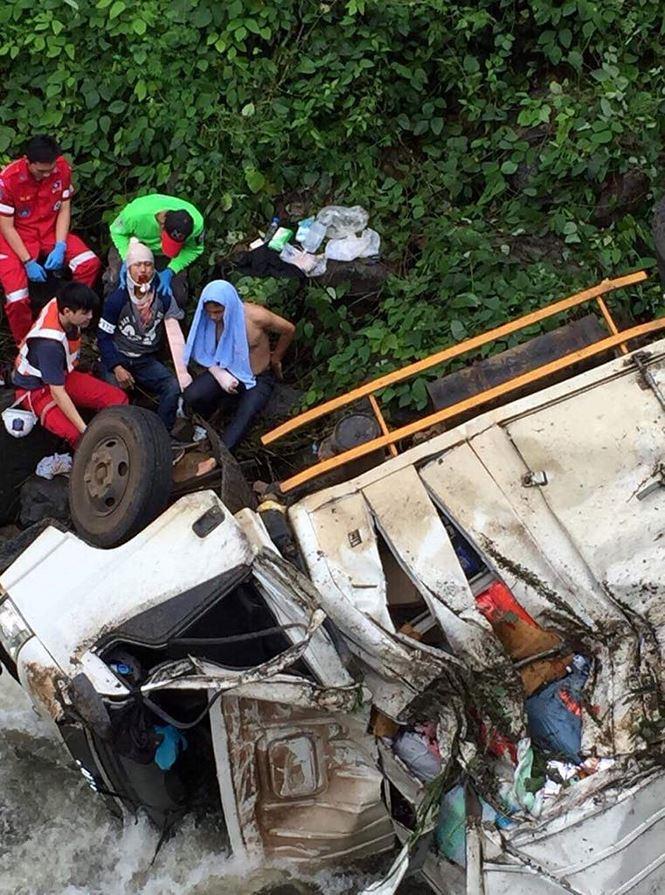 Chiếc xe chở hàng cứu trợ từ tỉnh Champasak đi Attapeu thì bất ngờ lật xuống sông