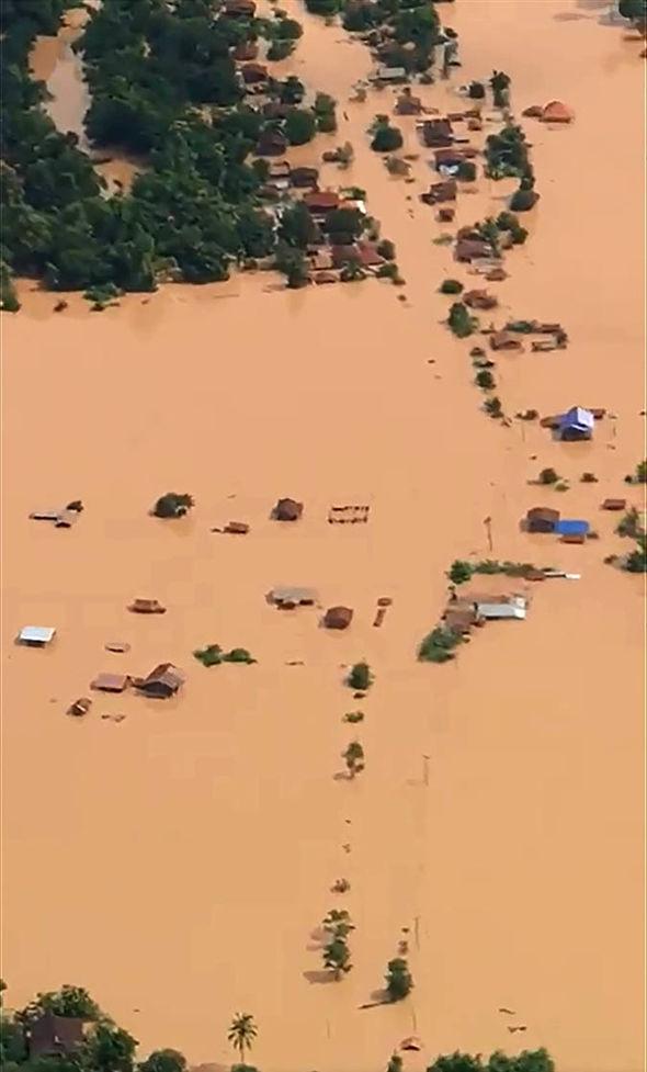 Nước lũ từ vụ vỡ đập thủy điện đã nhấn chìm hàng nghìn ngôi nhà, hiện còn hơn 1000 người chưa rõ tung tích