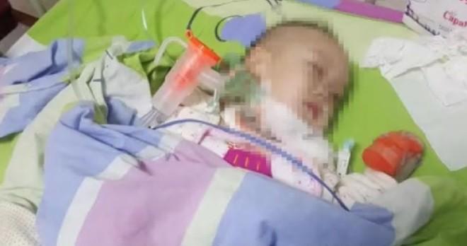 Con trai bà Đường khi nằm trong bệnh viện.