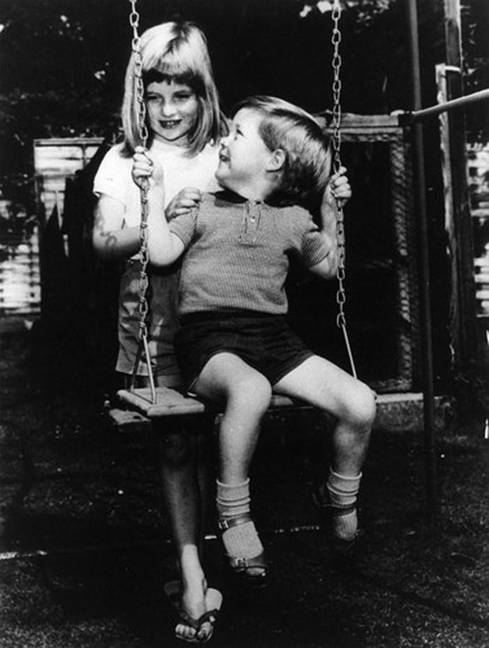Công nương Diana là con thứ 4 trong gia đình có 5 anh chị em.
