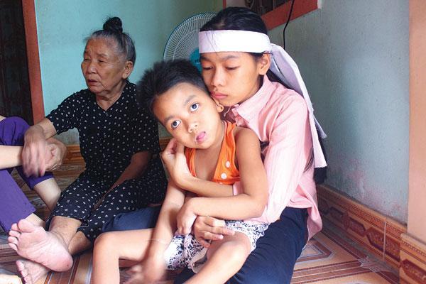 Hạnh Ngân ôm em gái bị bại liệt vào lòng