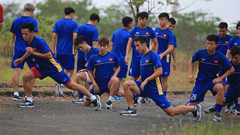 Các cầu thủ phải tập luyện và làm nóng người trên mặt sân bê tông