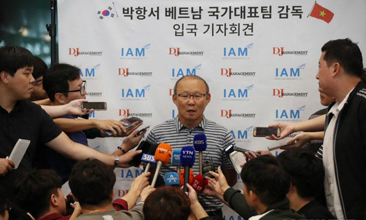 Trở về quê nhà, thầy Park được giới truyền thông săn đón
