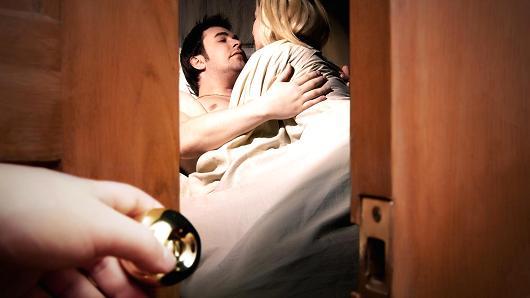 Hùng hổ gửi con đi đánh ghen, tôi ngã quỵ khi thấy mặt nhân tình của chồng