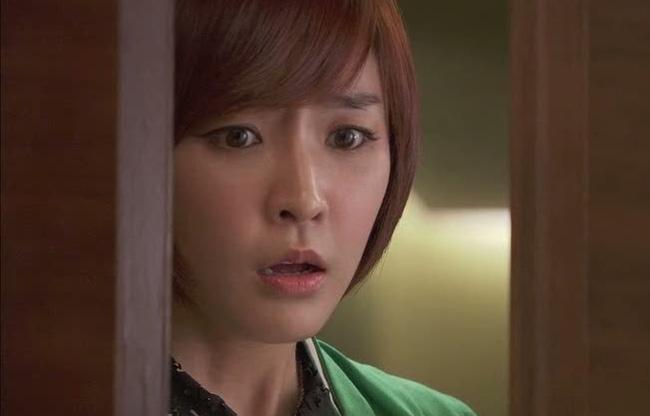 Qua khe cửa phòng làm việc, tôi chết đứng chứng kiến chồng đang dí sát mắt vào 'thứ đó' trên người của chị dâu