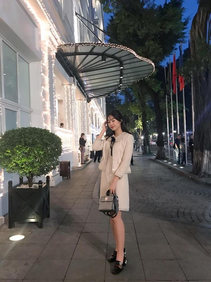 Mới đây, một cô gái chụp ảnh cùng Đỗ Mỹ Linh khi có dịp gặp gỡ người đẹp đi chơi xuân. Tuy nhiên, người này bày tỏ sự bất ngờ với dung nhan ngoài đời của Hoa hậu Việt Nam 2016.