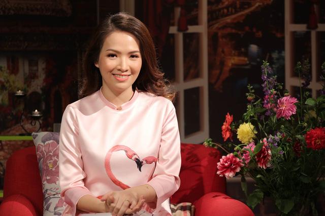 Cũng xuất hiện trong chương trình này, gái 2 con Đan Lê diện áo dài hồng có in hình 2 con hồng hạc.