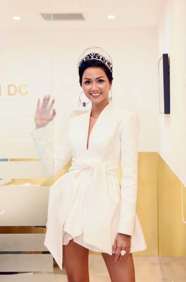 Gu thời trang cá tính nhưng vẫn rất gợi cảm của nàng hậu người Ê-đê. Sau khi đăng quang cuộc thi Hoa hậu Hoàn vũ, H'hen Niê chính là người truyền cảm hứng lớn cho bất kì cô gái nào.