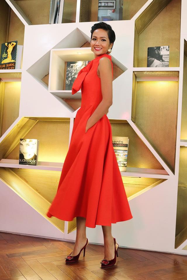 Có khi H'hen Niê cũng rạng rỡ nổi bật với chiếc đầm đỏ nữ tính