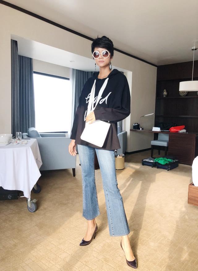 Hoa hậu H'hen Niê có set đồ đời thường cực chất khi diện áo phông đen cùng quần bò ống loe, khoác túi trắng.