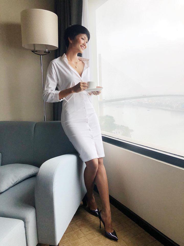 Diện chiếc váy trắng giản dị cùng nụ cười rạng rỡ giúp H'hen Niê ghi điểm trong mắt cộng đồng mạng bởi vẻ quyến rũ, gợi cảm.