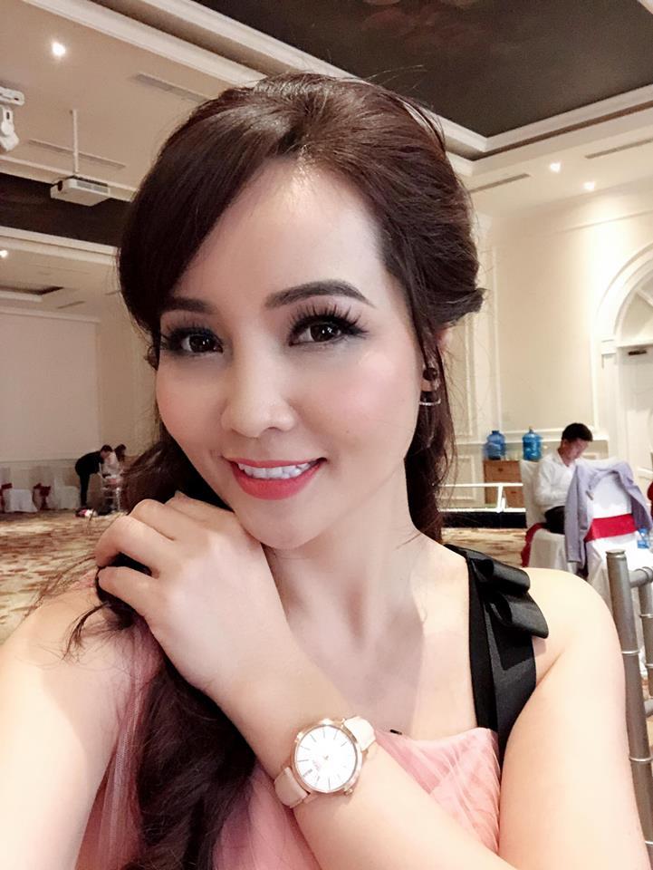 Tuy nhiên, Mai Thu Huyền có nụ cười khá gượng gạo làm dấy lên tin đồn cô phẫu thuật thẩm mỹ.
