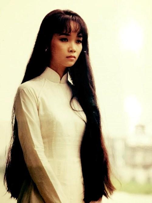Mai Thu Huyền lúc mới bước vào nghề có gương mặt tròn trịa với mái tóc dài thướt tha, mang vẻ đẹp đằm thắm của một cô gái gốc Hà Nội. Những năm tháng tiếp theo cô vẫn giữ nguyên mái tóc dài nhưng được biến tấu hợp với xu hướng, phong cách thời trang thời kỳ đó như tóc ngang vai, tóc lá đậm chất Hàn Quốc. Những hình ảnh nữ tính, dịu dàng đó vẫn quá quen với khán giả truyền hình và đóng khung cho chị những vai diễn chính diện, hiền lành, chịu số phận thiệt thòi,...