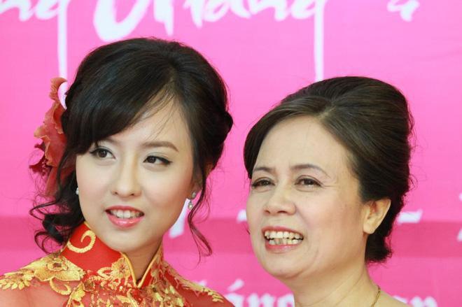 Chị gái Hương Giang thừa hưởng nhiều nét đẹp từ mẹ.