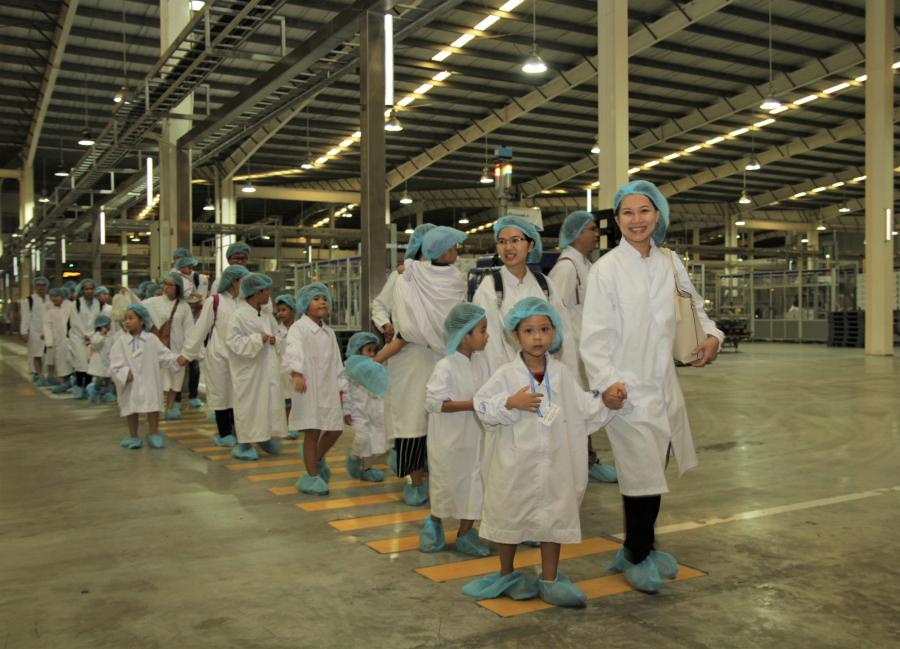 Các bé được các cô chú nhân viên hướng dẫn đi tham quan bên trong Nhà máy