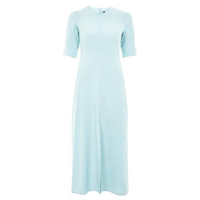 Diện màu xanh bạc hà vào mùa hè thì còn gì tuyệt bằng. Hạn chế mặc váy ôm sát mà thay vào đó bạn nên mặc kiểu váy hơi ôm, đủ để khoe được đường cong mà không hề bức bí