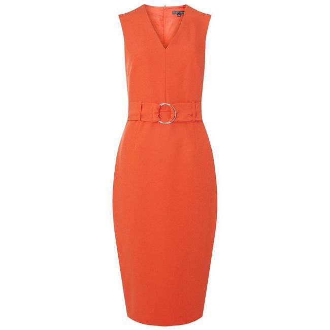Váy trần tay, khoét sâu cổ cũng mang đến cảm giác rất mát mẻ. Bạn nên chọn kiểu váy đơn giản nhất có thể