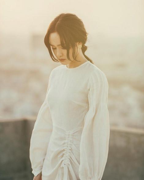 Vẻ trong trẻo, tinh khôi của Hiền Hồ càng được tôn thêm khi nàng diện chiếc đầm đũi trắng có thiết kế cổ điển.