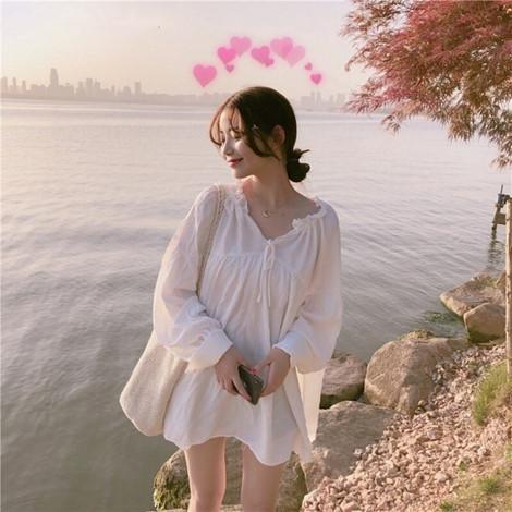 Đầm trắng năm nay được các nhãn hàng tung ra với đa dạng các mẫu mã, từ midi, maxi cho tới babydoll…