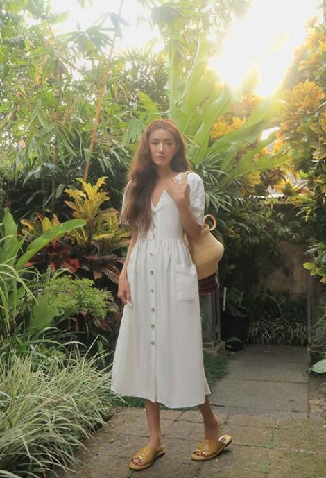 Một vài nhãn hàng có nhiều mẫu đầm trắng xinh yêu vô cùng bạn có thể tham khảo như: Zara, Stylenanda, Topshop….